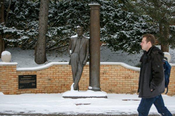 hillsdale college reagan statue